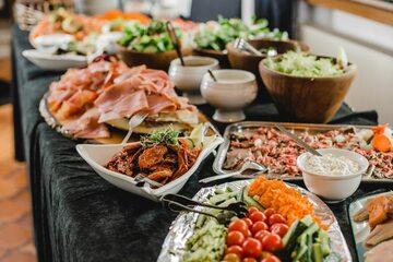 Jedzenie na stole, zdjęcie ilustracyjne