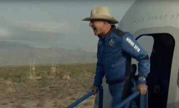Jeff Bezos po wyjściu z rakiety New Shepard od Blue Origin