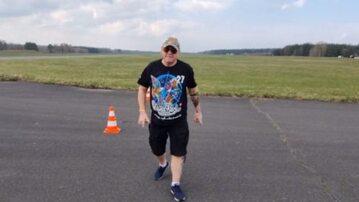 Jerzy Owsiak na lotnisku Makowice-Płoty