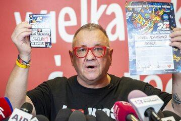 Jerzy Owsiak z identyfikatorem WOŚP Pawła Adamowicza