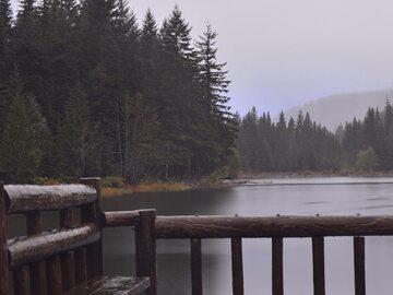 Jezioro w czasie deszczu
