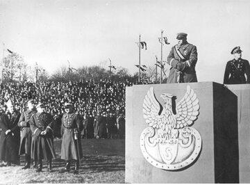 Józef Piłsudski na trybunie honorowej na Polu Mokotowskim w Warszawie