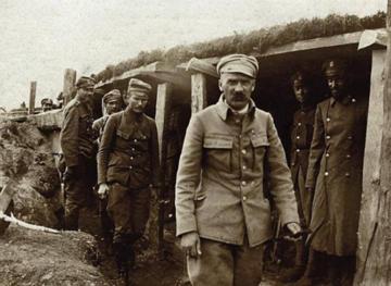Józef Piłsudski z legionistami w okopach na Wołyniu