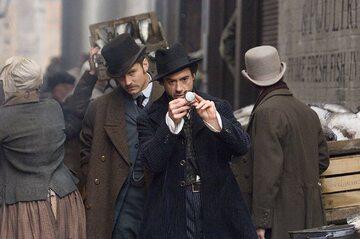 "Jude Law i Robert Downey Jr. w filmie  ""Sherlock Holmes"" (2009)"