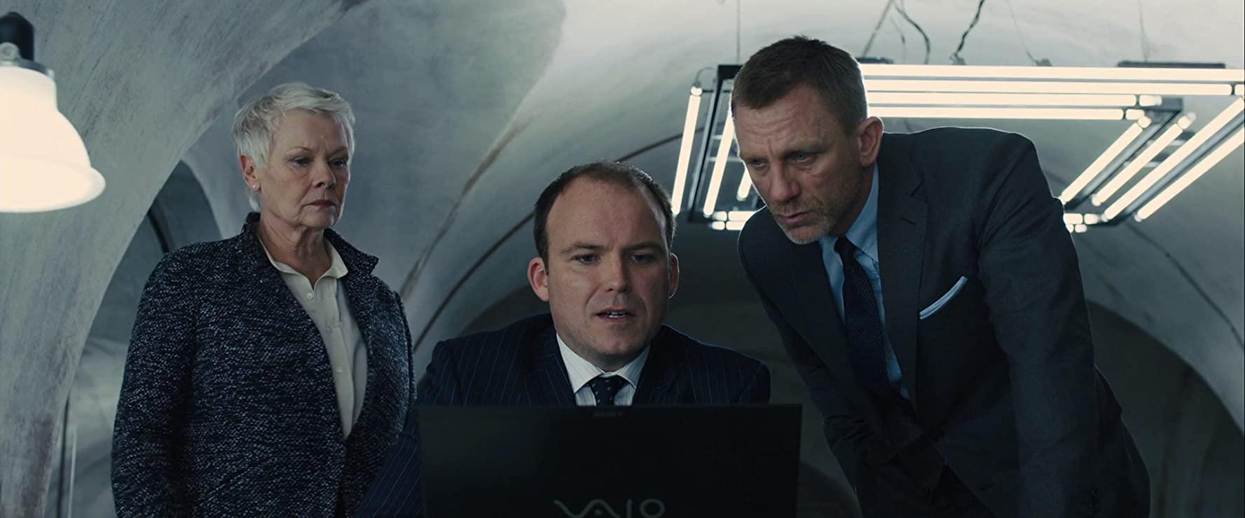 """Judi Dench, Daniel Craig i Rory Kinnear w filmie """"Skyfall"""" (2012)"""