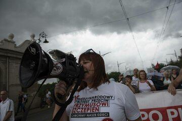 """Justyna Socha, prezes stowarzyszenia """"STOP NOP"""", w czasie manifestacji antyszczepionkowców"""