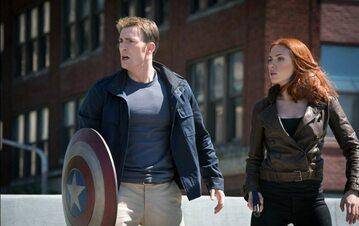 """Kadr z filmu """"Kapitan Ameryka: Zimowy żołnierz"""" (Chris Evans jako Steve Rogers / Kapitan Ameryka)"""