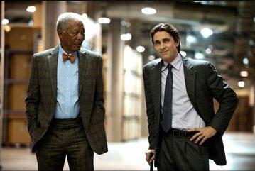"""Kadr z filmu """"Mroczny rycerz powstaje. Na zdjęciu Gordon Freeman i Christian Bale"""