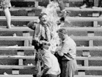 Kadr z filmu Służby Bezpieczeństwa przedstawiający samospalenie Ryszarda Siwca