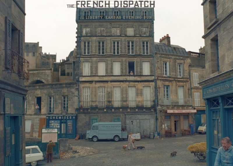 "Kadr z filmu ""The French Dispatch"""