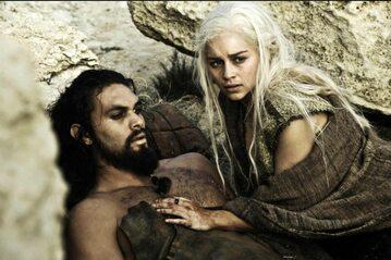 "Kadr z ""Gry o tron"" - Jason Momoa i Emilia Clarke"