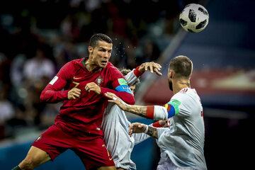 Kadr z meczu Portugalia - Hiszpania