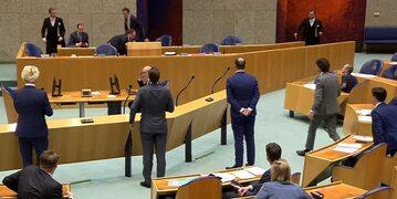 Kadr z nagrania z holenderskiego parlamentu