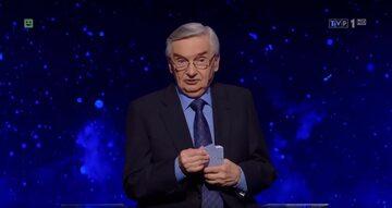 """Kadr z programu """"Jeden z dziesięciu"""". Na zdjęciu prowadzący Tadeusz Sznuk"""