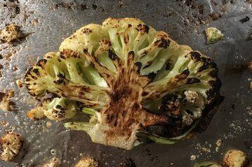 """Kalafior doskonale nadaje się na """"steki"""" w nieco zdrowszej, roślinnej wersji"""