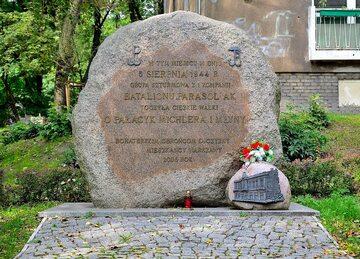 Kamień pamiątkowy przy ul. Wolskiej 40 w miejscu walk o pałacyk Michlera