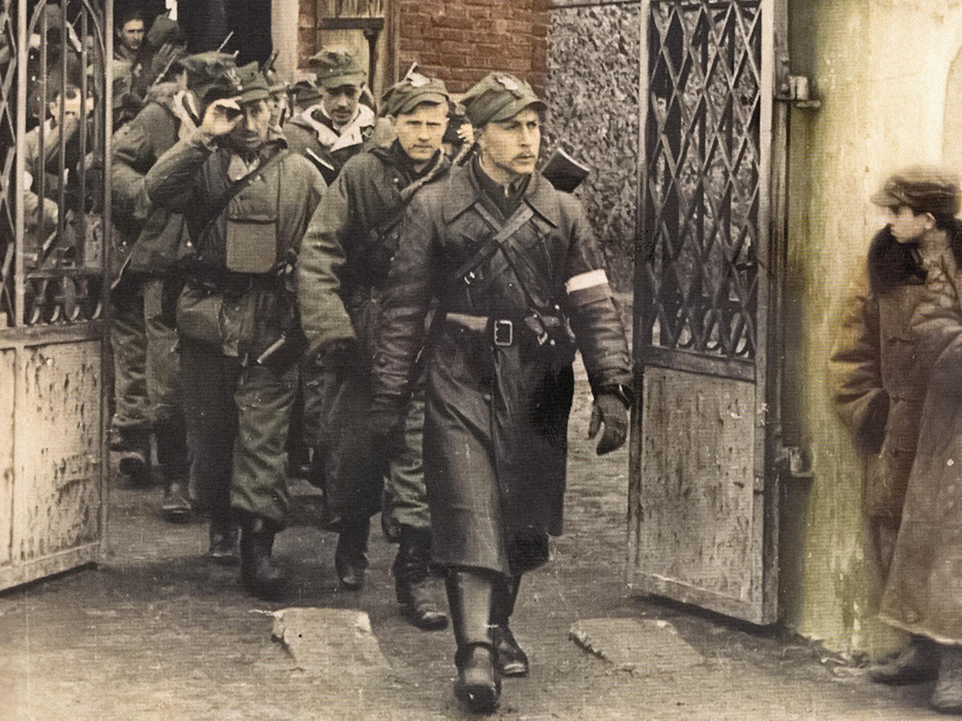 """Kapitan Romuald Rajs """"Bury"""" i Kompania Szturmowa 3 Brygady Wileńskiej AK wychodzi z kościoła w Turgielach (kwiecień 1944)"""