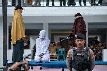Kara chłosty wykonywania w Indonezji za złamanie prawa szariatu, 2 marca 2020 r.