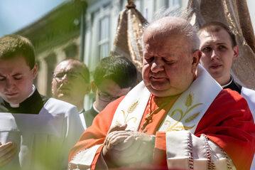 Kardynał Stanisław Dziwisz na procesji z okazji Bożego Ciała
