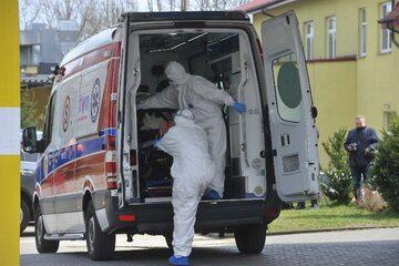 Karetka transportująca osobę zakażoną koronawirusem