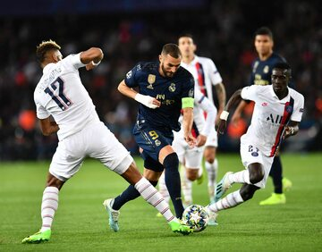 Karim Benzema w starciu z graczami PSG
