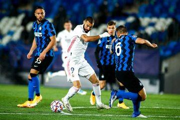 Karim Benzema walczący z piłkarzami Interu Mediolan