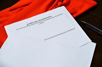 Karta do głosowania i długopis, zdj. ilustracyjne