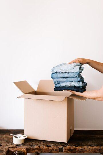 Karton na ubrania