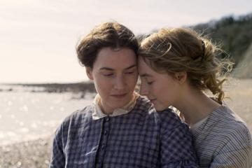 "Kate Winslet i Saoirse Ronan w filmie ""Amonit"" (2020)"