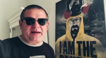 """Kazik Staszewski w teledysku do piosenki """"Nie mam na nic czasu, bo oglądam seriale"""""""