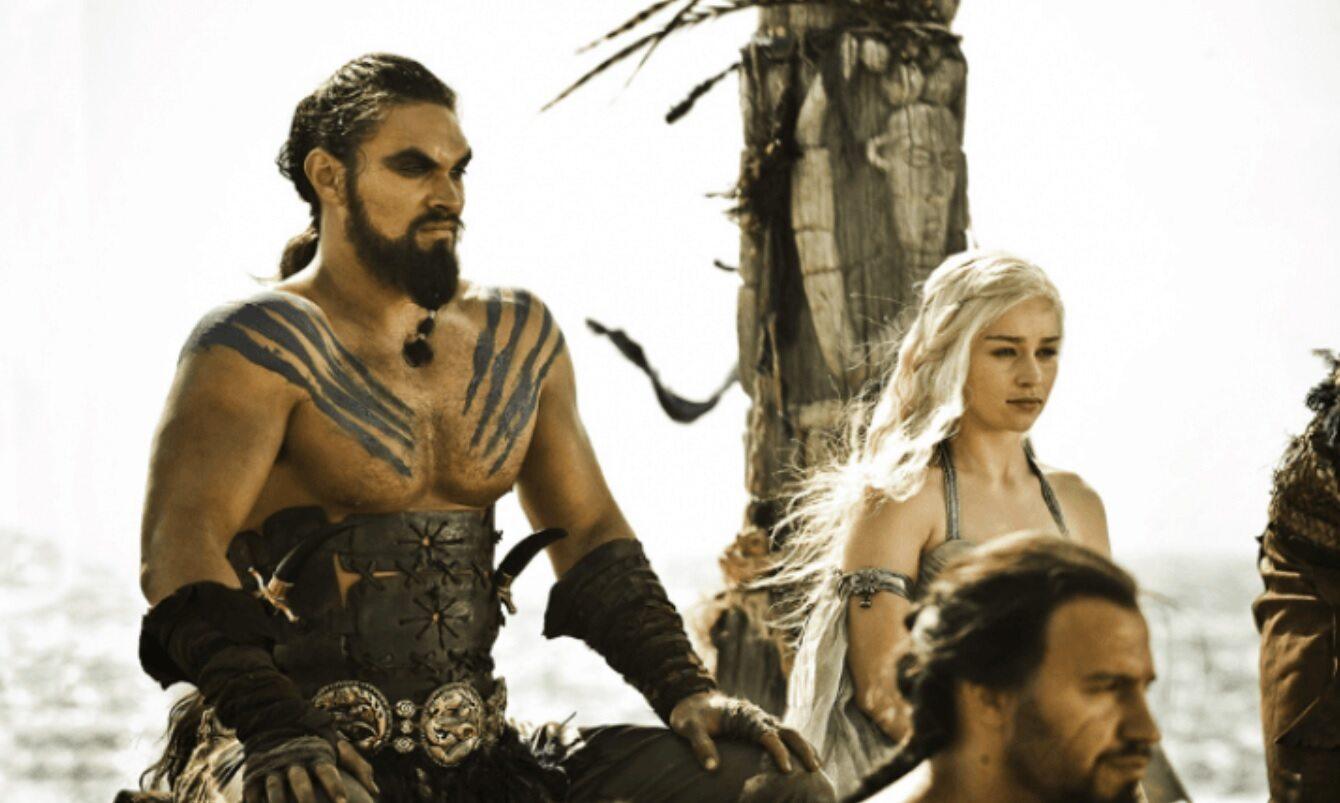 Khal Drogo (Jason Momoa) i Daenerys (Emilia Clarke)