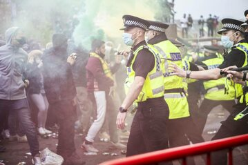 Kibice Manchesteru United w trakcie protestu 2 maja