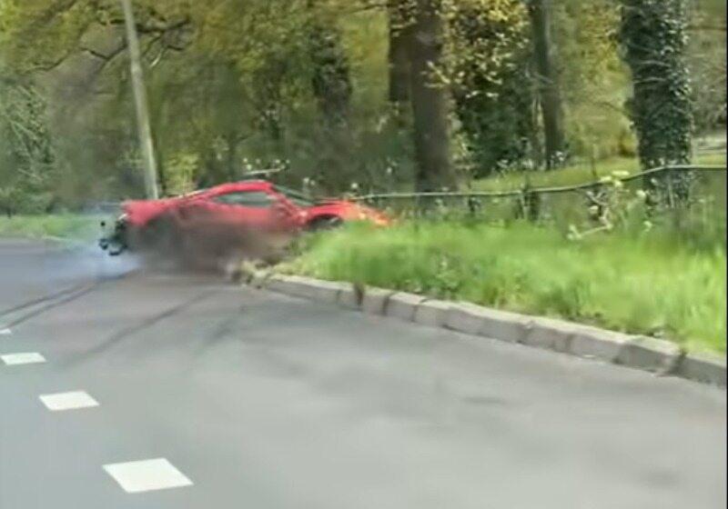 Holandia. Pijany kierowca rozbił drogie ferrari. Nagranie trafiło do sieci