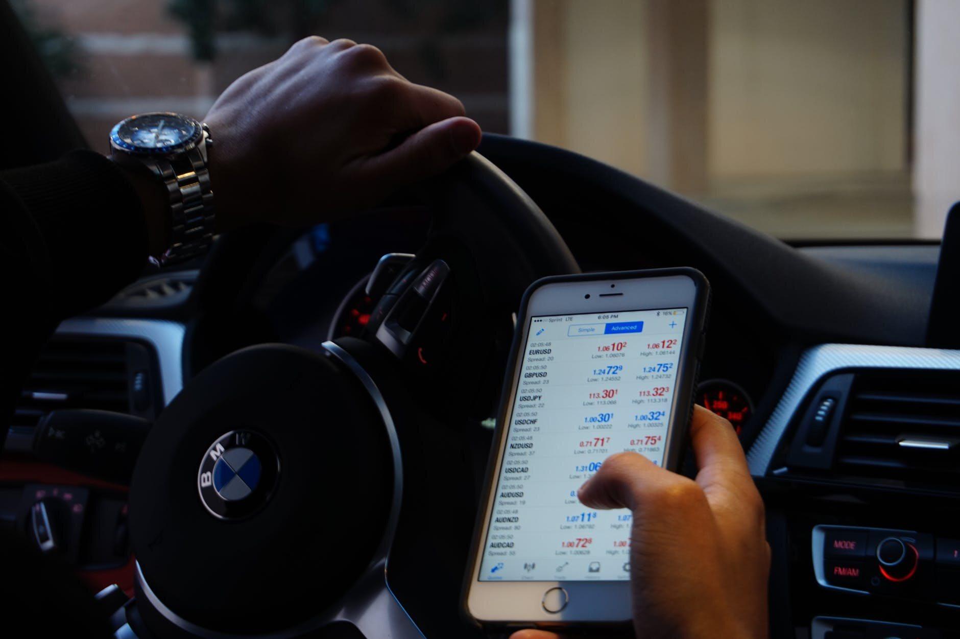 Kierowca korzysta ze smartfona (zdjęcie ilustracyjne)