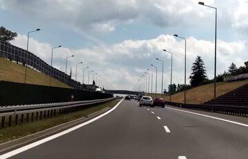 Kierowca próbuje zepchnąć inne auto z drogi