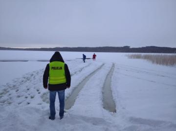 Kierowca wjechał samochodem na jezioro. Lód się załamał. Akcja policji