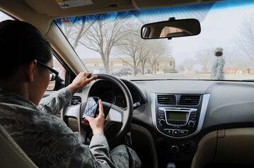 Kierowca z telefonem (zdj. ilustracyjne)