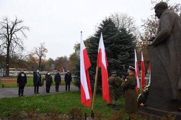 Kierownictwo PiS przed pomnikiem Ignacego Daszyńskiego
