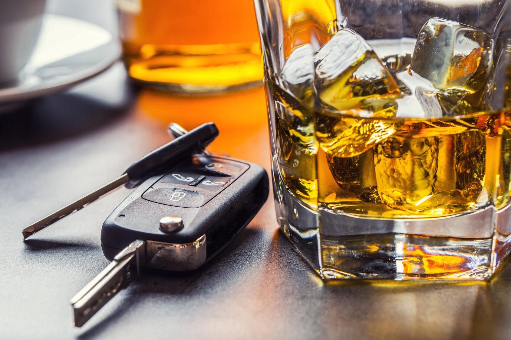 Kluczyki i alkohol, zdjęcie ilustracyjne