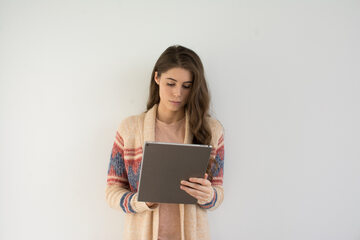 Kobieta czyta ebooka, zdjęcie ilustracyjne