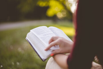 Kobieta czytająca książkę, zdj. ilustracyjne