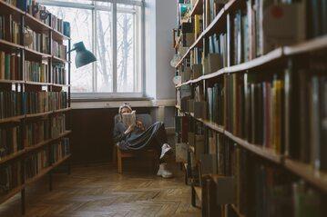 Kobieta czytająca książkę, zdjęcie ilustracyjne