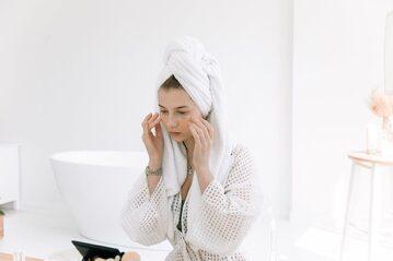 Kobieta dbająca o skórę