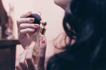 Kobieta i perfumy, zdjęcie ilustracyjne