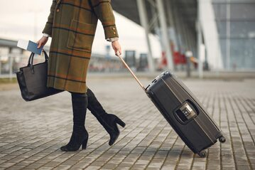 Kobieta idąca na lotnisko