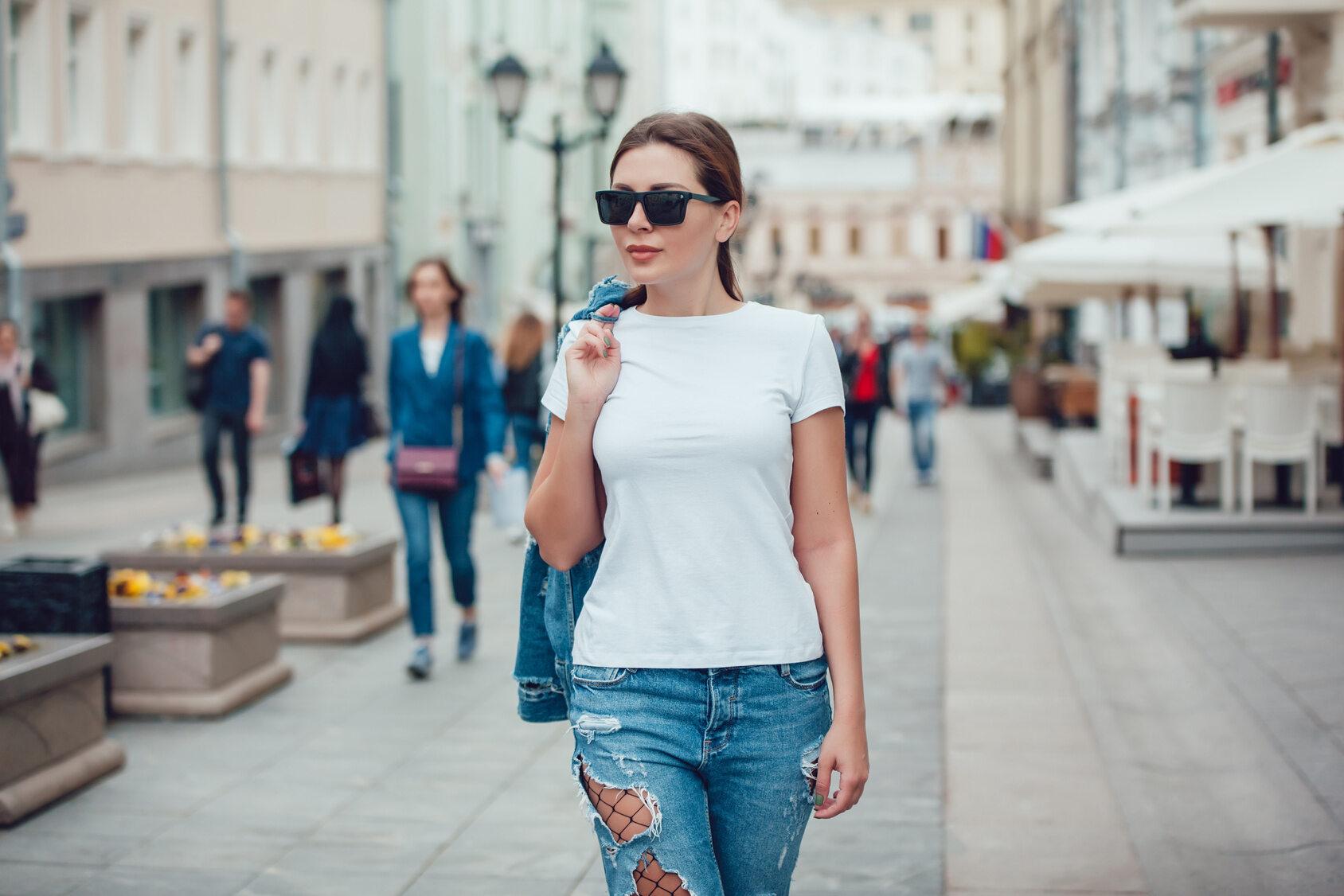 Kobieta idąca po ulicy. Zdjęcie ilustracjne