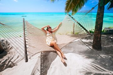 Kobieta na plaży na Zanzibarze - zdjęcie ilustracyjne