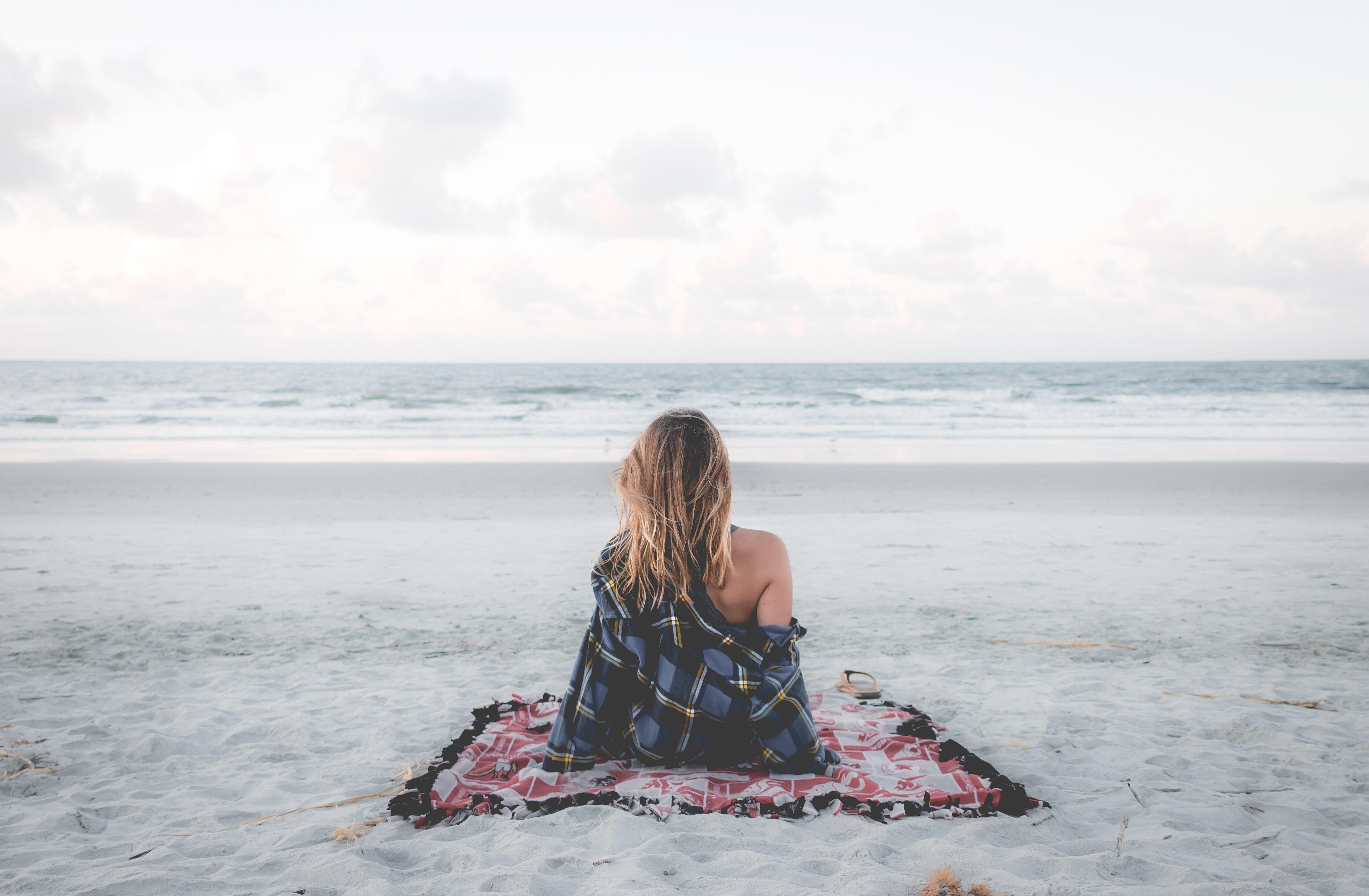 Kobieta na plaży, zdjęcie ilustracyjne
