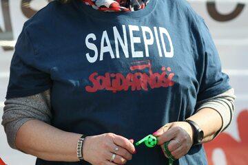 """Kobieta na proteście w koszulce sanepidowskiej """"Solidarności"""""""