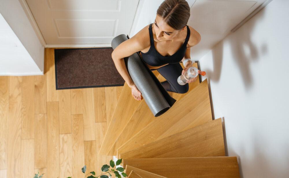 Kobieta na schodach w domu